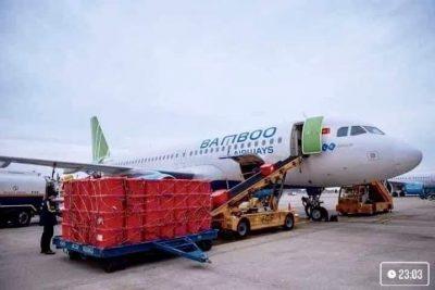 ❤️ ❤❤CHUYẾN BAY CHỞ NẶNG NGHĨA TÌNH💖💖💖  ❣Vậy là chuyến bay COB (Cargo On Board) mang số hiệu QH1245 đầu tiên của Bamboo Airways đã hạ cánh xuống sân bay Đồng Hới, Quảng Bình. Chưa một chuyến HAN-VDH (Hà Nội – Đồng Hới) nào khiến chúng tôi thấy thời gian bay vừa ngắn lại vừa dài, vừa nhanh lại vừa lâu, vừa hối hả vừa rộn ràng khí thế đến nhường này.   ❣Một chuyến bay không có khách nhưng khiến cả ngàn trái tim từ khắp mọi miền Tổ Quốc đều bồi hồi xúc động dõi theo từng giây phút trên flight radar. 6 tấn hàng cứu trợ của Trung ương Hội chữ thập đỏ Việt Nam đã về đến quê hương Mẹ Suốt lúc 11:55 ngày 20.10.2020.  ❣Hàng chất đầy khoang, hàng tràn lên cả khoang hành khách, ở đầu Nội Bài thì chỉ tâm niệm, bay thật đúng giờ, thật nhanh để mang hàng đến miền Trung ruột thịt. Nhưng khi máy bay hạ cánh xuống sân bay Đồng Hới thì cả phi hành đoàn lại thấy rưng rưng, bồi hồi, xúc động.   ❣Ngay ngày mai thôi, sẽ lại có một chuyến bay thế này hạ cánh xuống miền Trung, để mang hết yêu thương, ân tình của các tổ chức từ thiện, nhà tài trợ trao lại cho người dân vũng lũ.  ❣Trong thời gian này cả nước đều từng giây, từng phút hướng về khúc ruột miền Trung. Mọi quyết sách đưa ra và được chấp thuận để tiến vào tâm lũ thực sự là phép màu. Trân trọng cảm ơn Cục Hàng Không Việt Nam đã đặc cách chấp thuận những slot bay đặc biệt để Bamboo Airways có thêm những chuyến bay chở nặng ân tình.  ——-