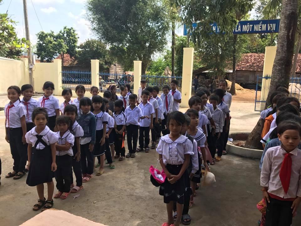 Lễ tặng 120 suất quà năm học mới cho học sinh điểm trường KPlang của Chùa Phước Ấn ( Xã Tân Tiến) và nhóm học sinh – sinh viên: Kết Nối Yêu Thương của Trường ĐH Tây Nguyên