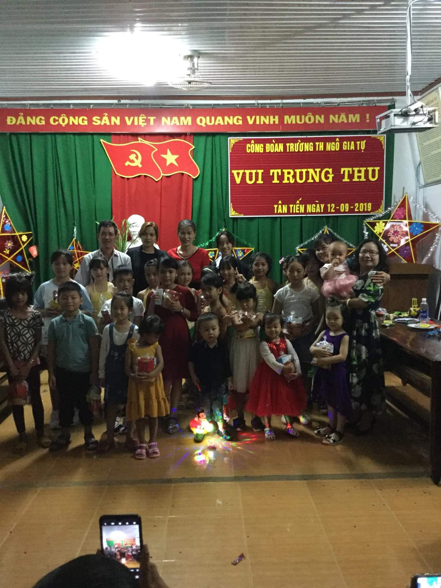 Công đoàn nhà trường tổ chức Trung thu cho các cháu. Xin chân thành cảm ơn sự quan tâm của Công đoàn nhà trường!