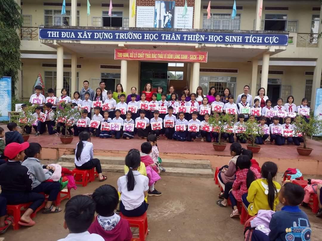 Học sinh nhận quà khuyến học của Hội khuyến học xã Tân Tiến